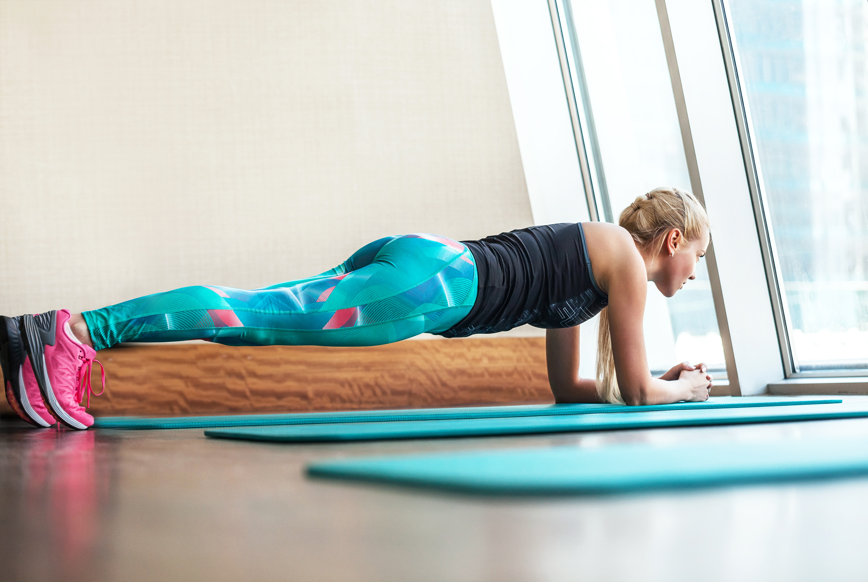 girl doing the plank workout