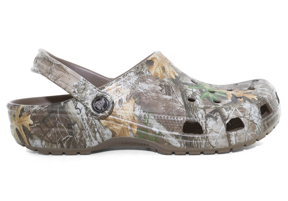 a440898be579fd Mens Crocs Classic Realtree Edge Clog in Camouflage